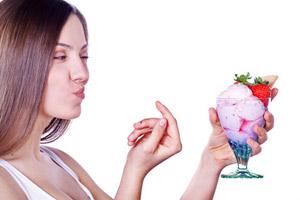 Frau kann Eis nicht widerstehen